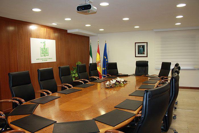 Sala de juntas ilustre colegio oficial de m dicos de c ceres for Oficina de empleo caceres