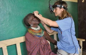 Médico atendiendo a paciente - solidarios