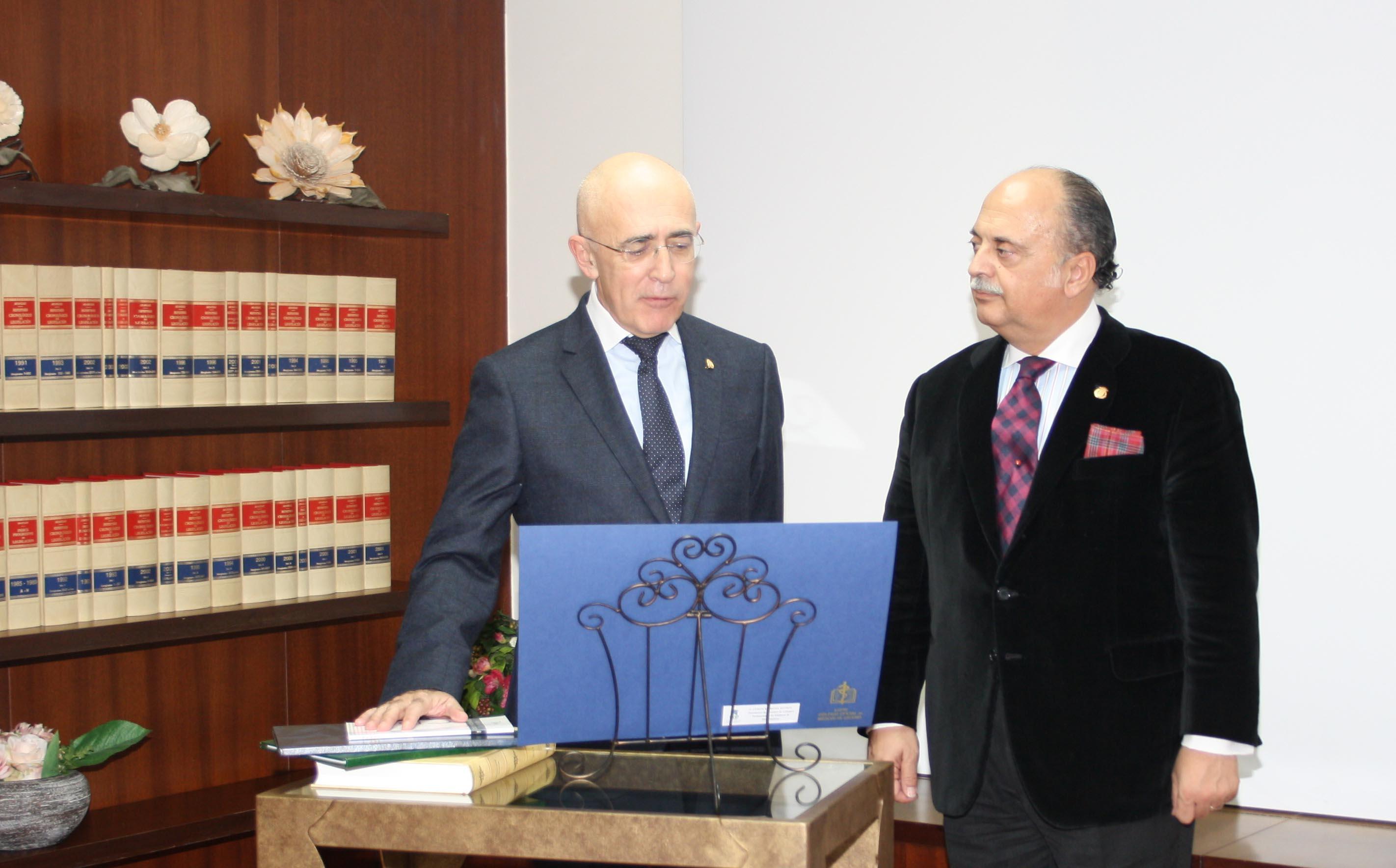 Dr. Car.los Arjona toma posesión presidencia Consejo Autonómico